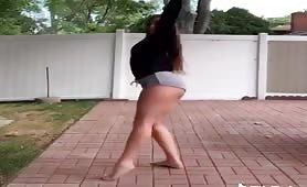 Curvy white babe shows her twerk skills on TikTok