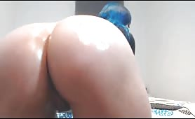 Hot cam girl gives oil show and twerks